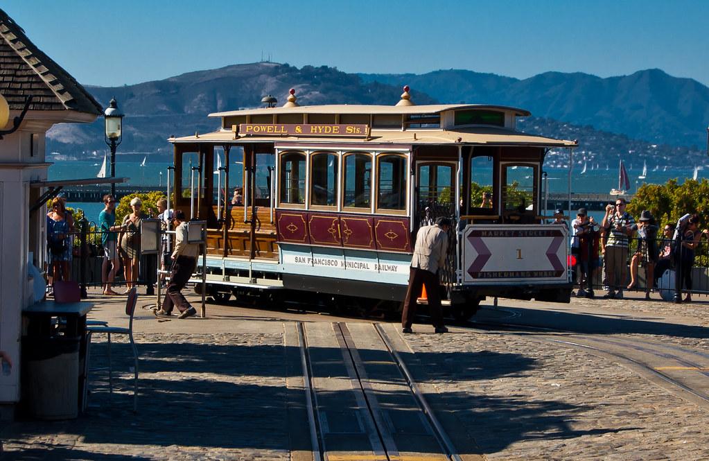 USA / California / San-Francisco / Cable Car Turning Around 01