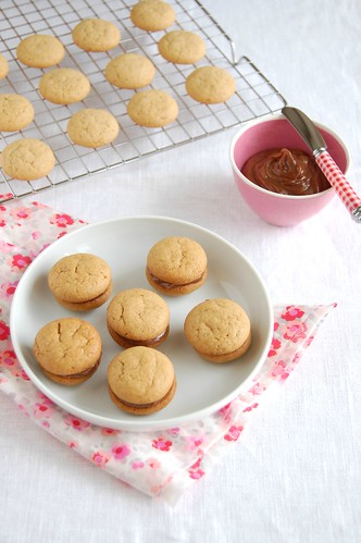 Peanut butter cookies with milk chocolate filling / Biscoitos de manteiga de amendoim com recheio de chocolate ao leite | by Patricia Scarpin