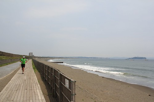 A runner on Chigasaki beach 茅ヶ崎ビーチのランナー | by findingsachi