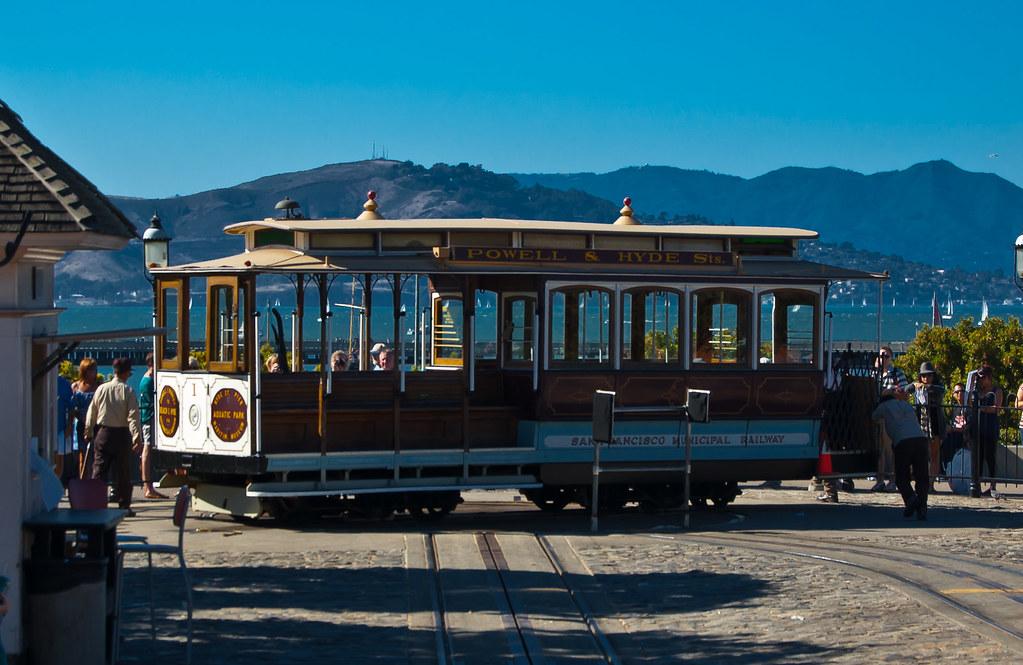 USA / California / San-Francisco / Cable Car Turning Around 04