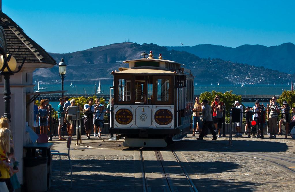 USA / California / San-Francisco / Cable Car Turning Around 07