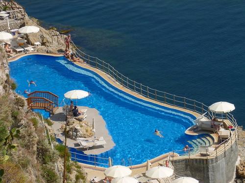 Vue en hauteur sur la piscine de l'hotel