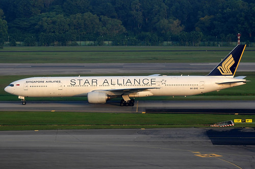 Singapore Airlines | Boeing 777-300 | 9V-SYE | Star Alliance livery | Singapore Changi | by Dennis HKG