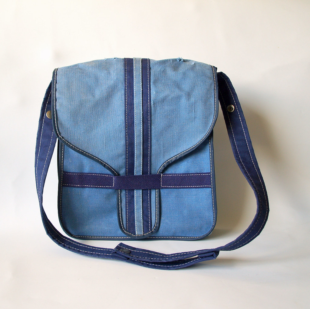 ... 1970 s OLD SCHOOL CROSSBODY 70s Vintage College Messenger Book Bag Worn  Faded Blue Canvas with Retro d764530c30