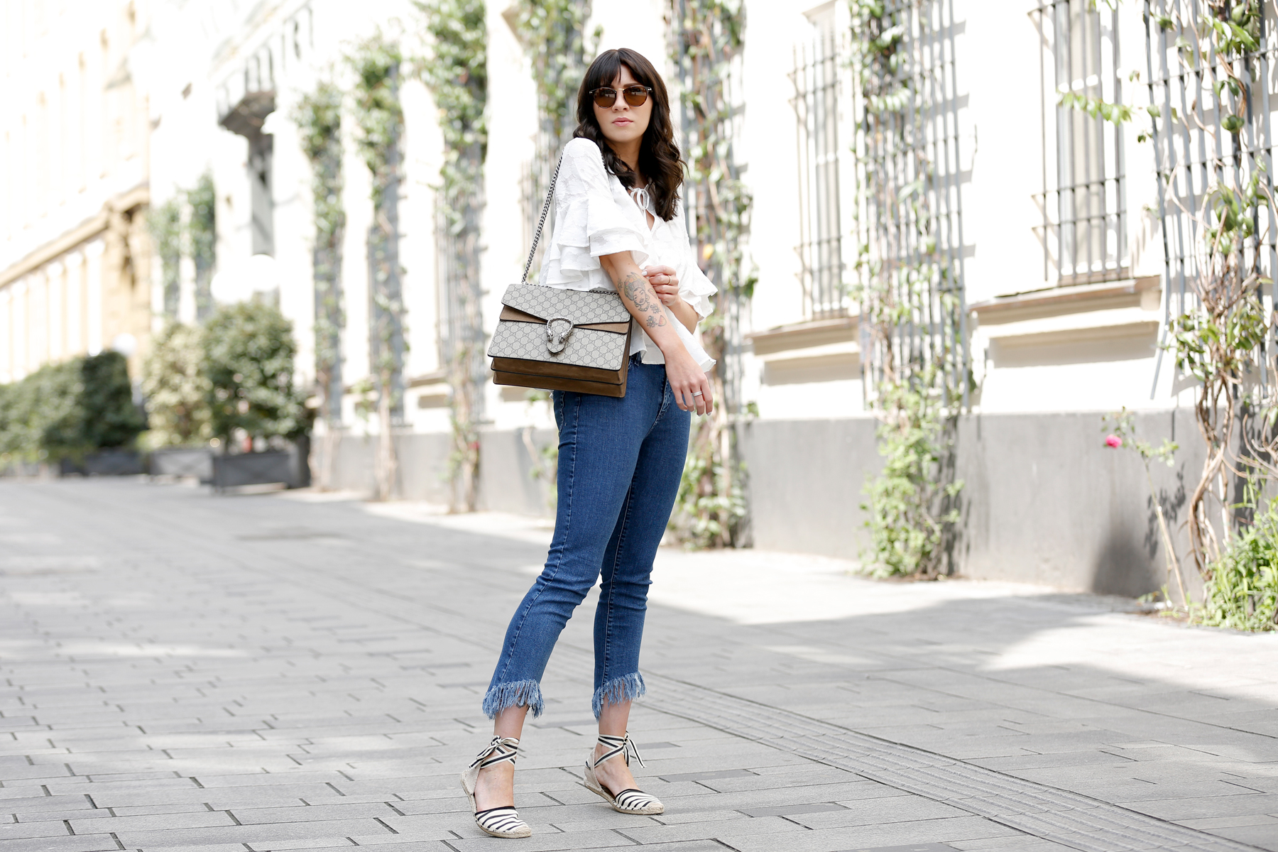 outfit spring summer minimal blue white clean bangs brunette girl cute french parisienne mango fringe jeans denim white blouse shopbop soludos espadrilles gucci dionysus bag luxury fashion modeblog germany ricarda schernus fashionblogger 2