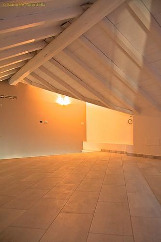 Mansarda parete bianca soffitto legno bianco felice for Mansarda in legno bianco