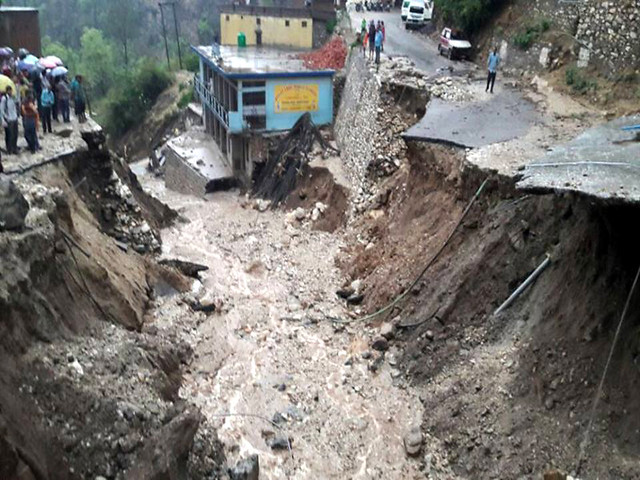 भूस्खलन में क्षतिग्रस्त मकान एवं सड़कें