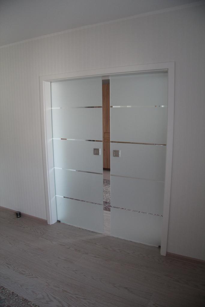 ganzglasschiebet r in der wand laufend lilashouse. Black Bedroom Furniture Sets. Home Design Ideas