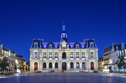 Hotel de ville of poitiers at night located on the place for Leclerc poitiers