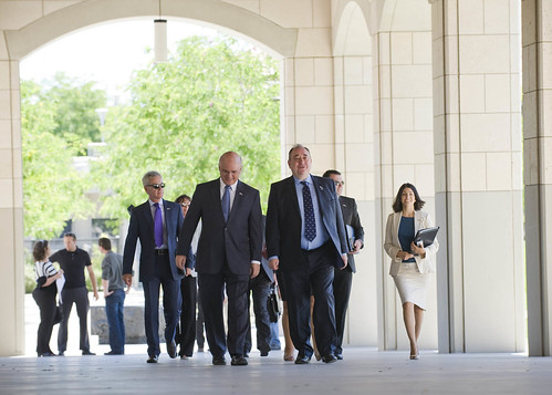 Standford Professor Tour Kansas With Wo Chinese Student