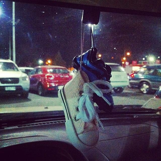 ... Mi zapatollita rosada y el zapato de fútbol de mi papi en el auto  JAJAJAJA ❤ aea8eeef0ae02
