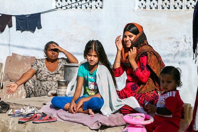Women in Jaipur, India ジャイプール、家の前で髪を梳かしてもらっていた少女