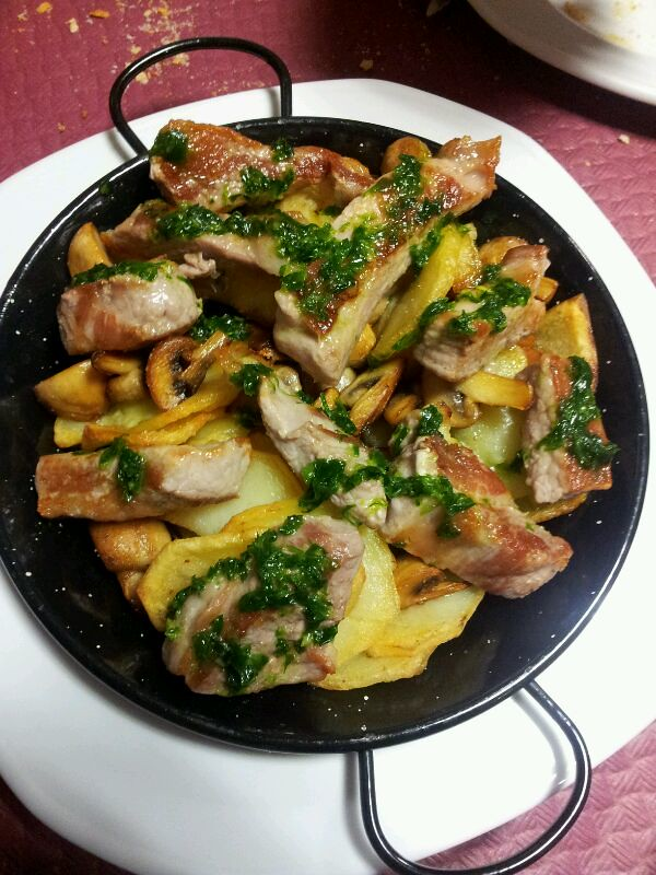 Sartén de secreto ibérico con champiñones, patatas y salsa… | Flickr