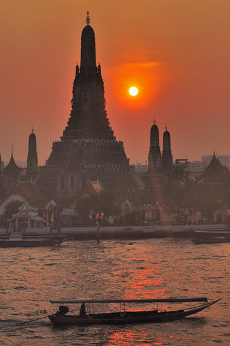 Sunset at Wat Arun (Temple of Dawn), Bangkok | by magicflute002