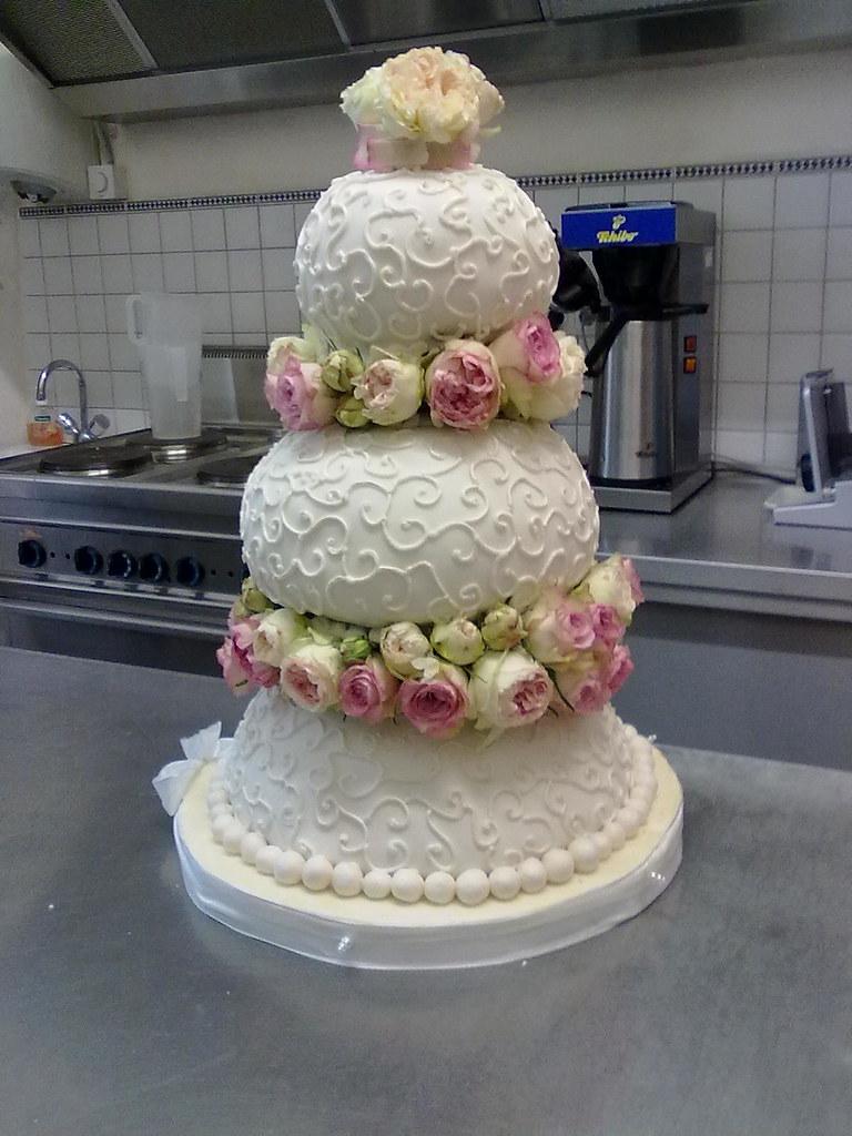 Hochzeitstorte Mit Echten Rosen Ute Kosmell Flickr
