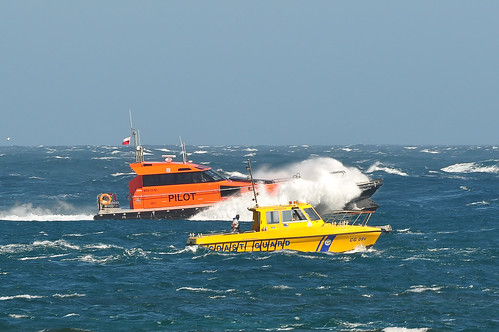Akuna 4 & the Volunteer Coast Guard boat - Point Lonsdale Rescue | by TAkE Ya PiC Images