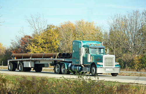Westbound Pete hauling pipe on a flatbed | by myhotrod9
