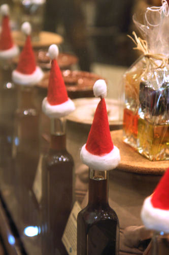 Christmas hats on oil bottle, Vom Fass, Bath 3638 R | by nicisme