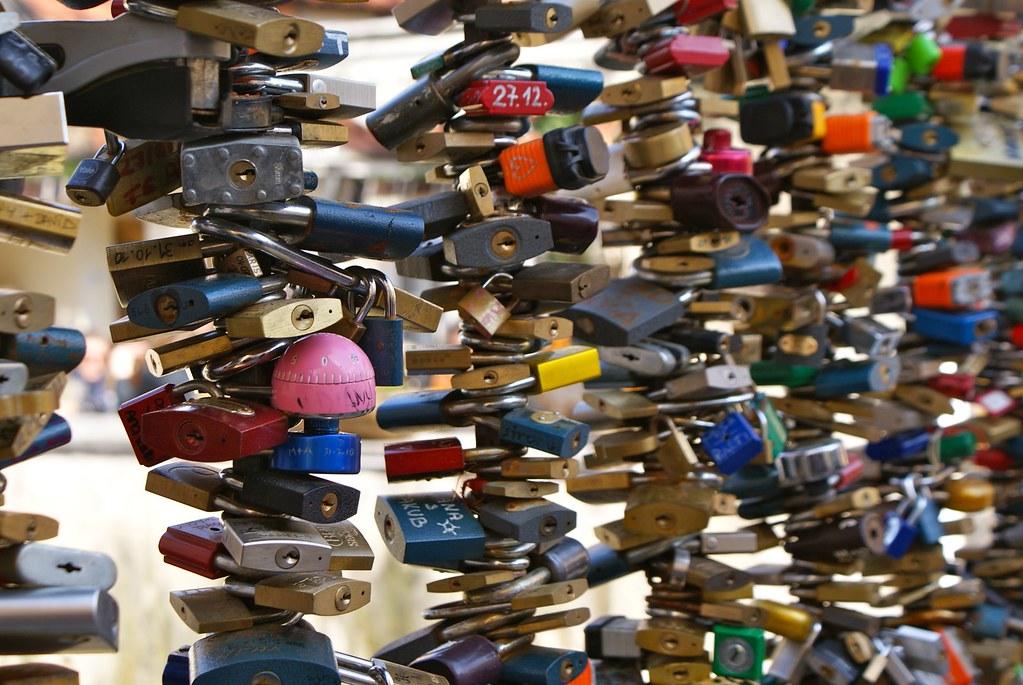 Pont des amoureux à Prague : Un cadenas pour symboliser l'amour indéfectible entre deux êtres.