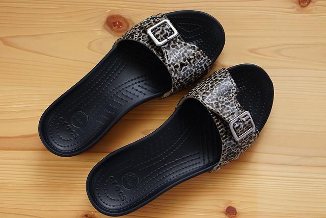 crocs sarah leopard sandal w