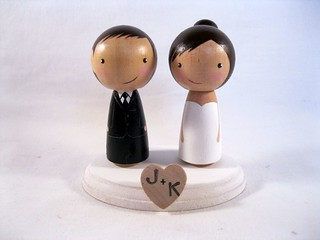 Kokeshi 2 Bride Groom with heart stand | by knottingwood