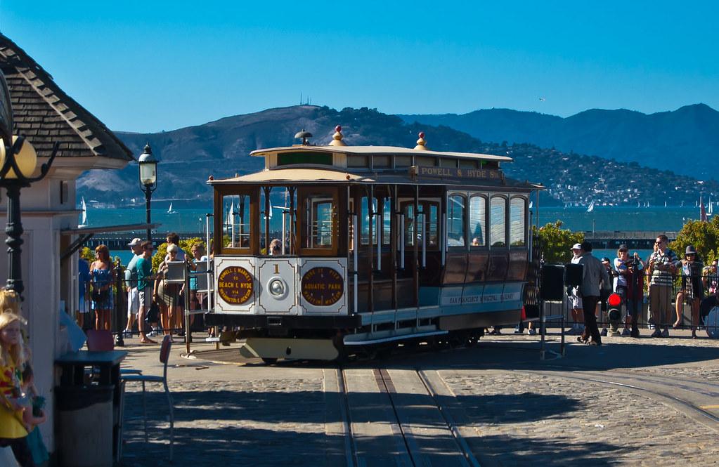 USA / California / San-Francisco / Cable Car Turning Around 06