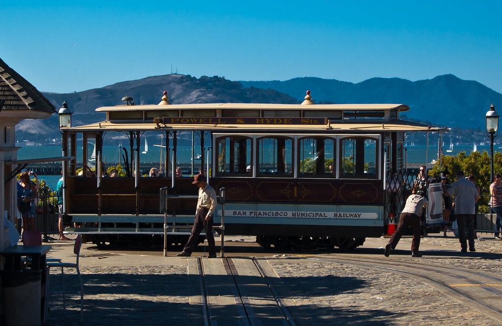 USA / California / San-Francisco / Cable Car Turning Around 03