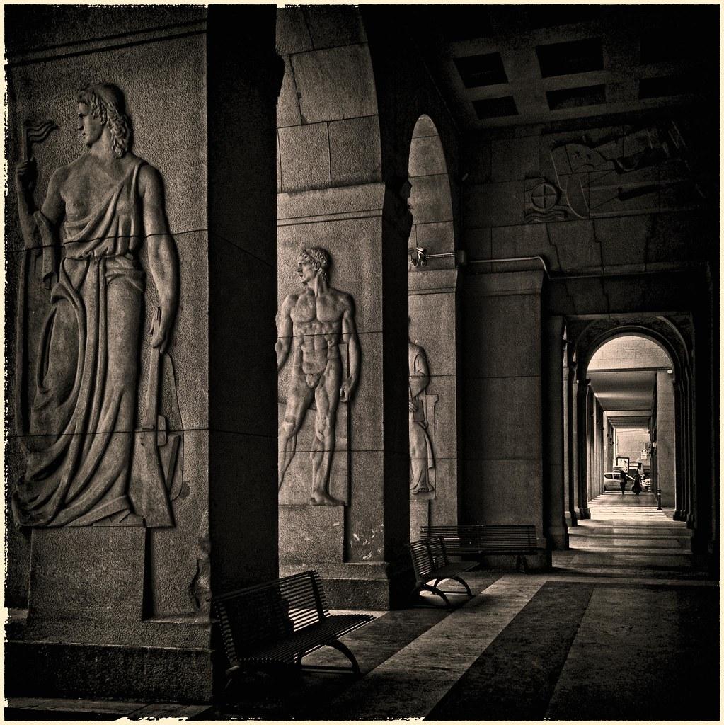 Portiques futuristes d'inspiration antique (années 30) du palazzo della questura à Bologne - Photo de Claudio Alba.