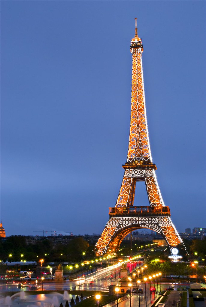 the eiffel tower with flashing lights the eiffel tower pla flickr