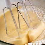Batiendo los huevos con la harina y el azúcar