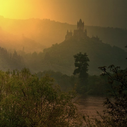 The 1000 AD Cochem castle overlook's the Mosel River | by B℮n