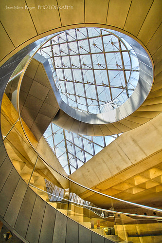 Escalier int rieur de la pyramide du louvre paris 1er for Interieur pyramide