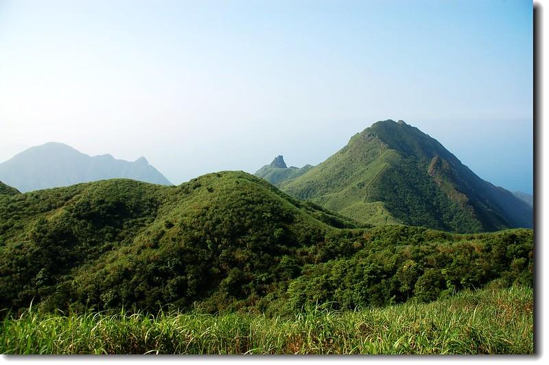 燦光寮山俯瞰基隆山(L)、無耳茶壺山(M)、半平山(R) 1