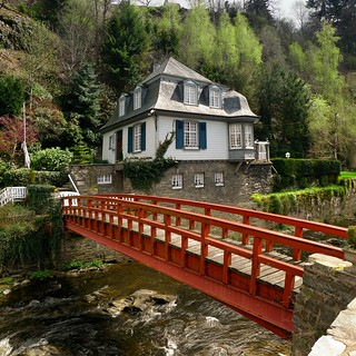 Historic house in Monschau only accessible via red footbridge | by B℮n