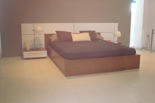 dormitorio laca blanco brillo combinado en madera nogal