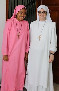 Hermana Megan y Valeria con su hábito rosa por sus 15 años