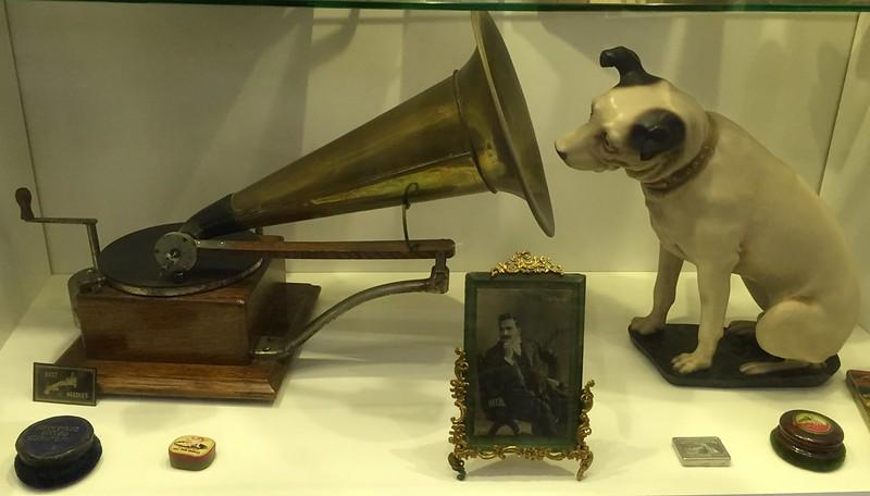 M - HMV grammophone