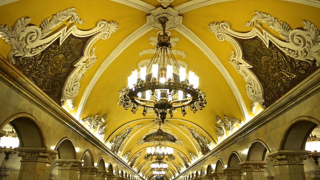 P1020437 Russie, Moscou, le plafond du grand hall souterrain de la station de métro Komsomolskaya sur la ligne 5