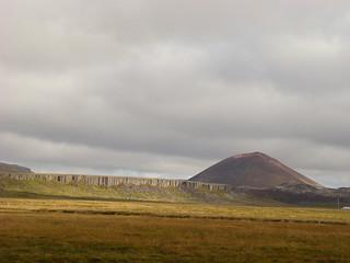012 Basaltplateau Gerðuberg en rode Syðri-Rauðamelskúlur