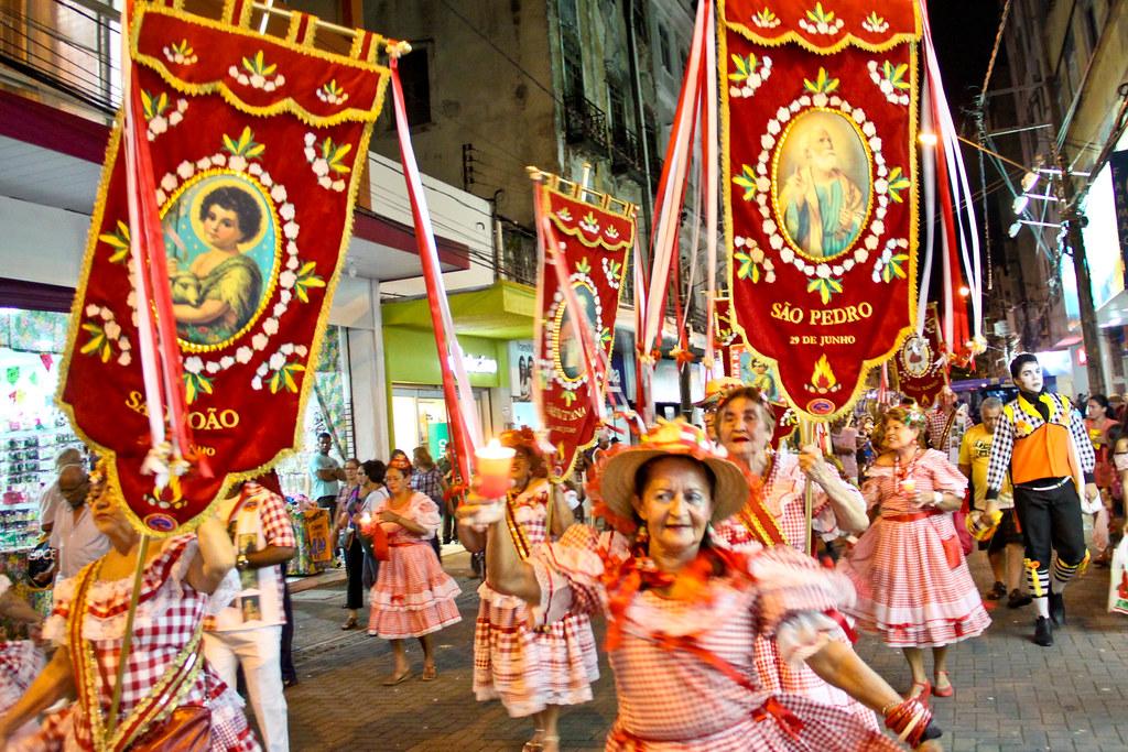 Image result for procissão com bandeiras dos santos juninos