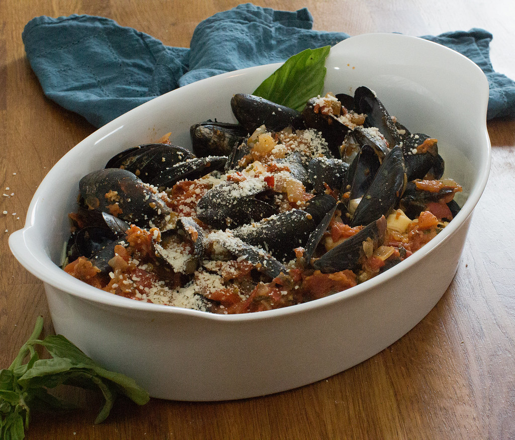 Mussels in Linguine with Tomato Sauce