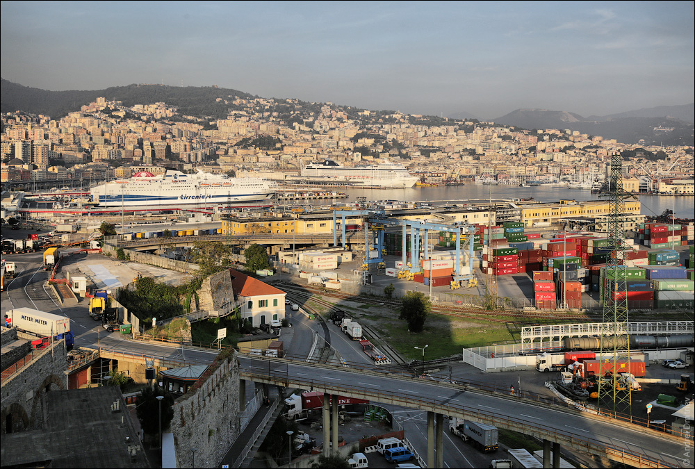 Вид на порт Генуи