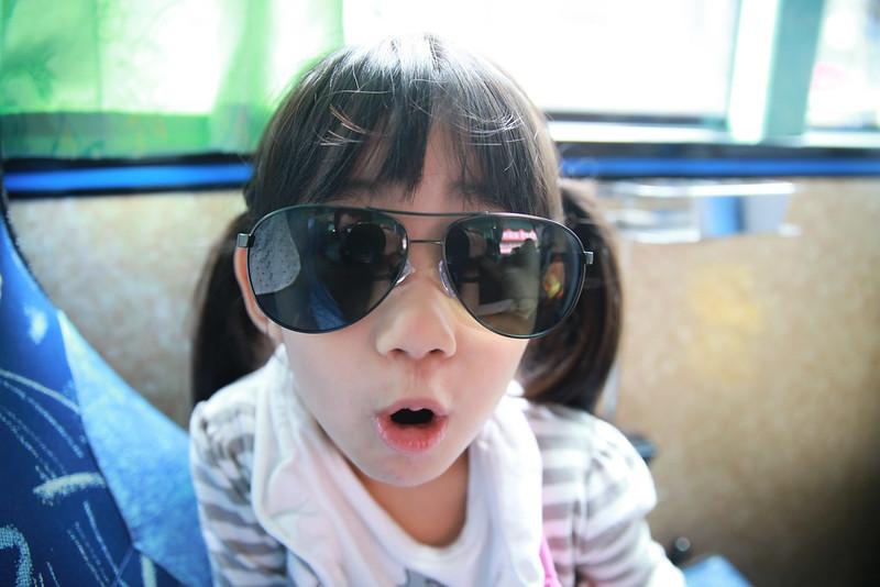 小幸福開心地玩著我的墨鏡。