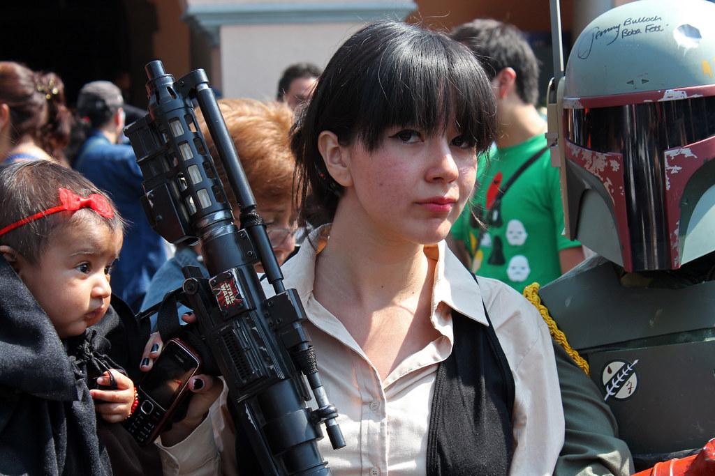 Personas disfrazadas de personajes de Star Wars participando en la celebración