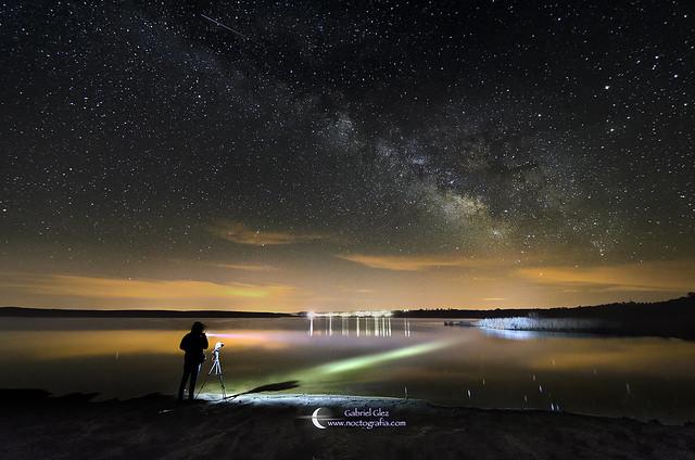 El fotógrafo en la noche y la Vía Láctea