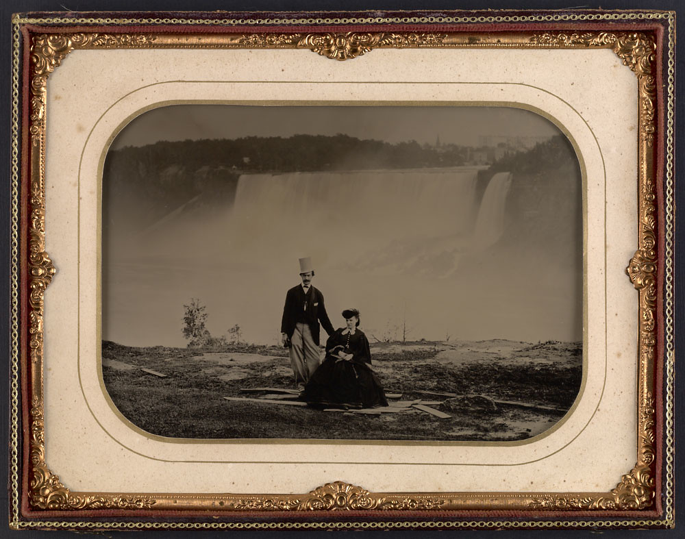 Couple in front of Niagara Falls, circa 1858 / Un couple devant les chutes Niagara vers 1858