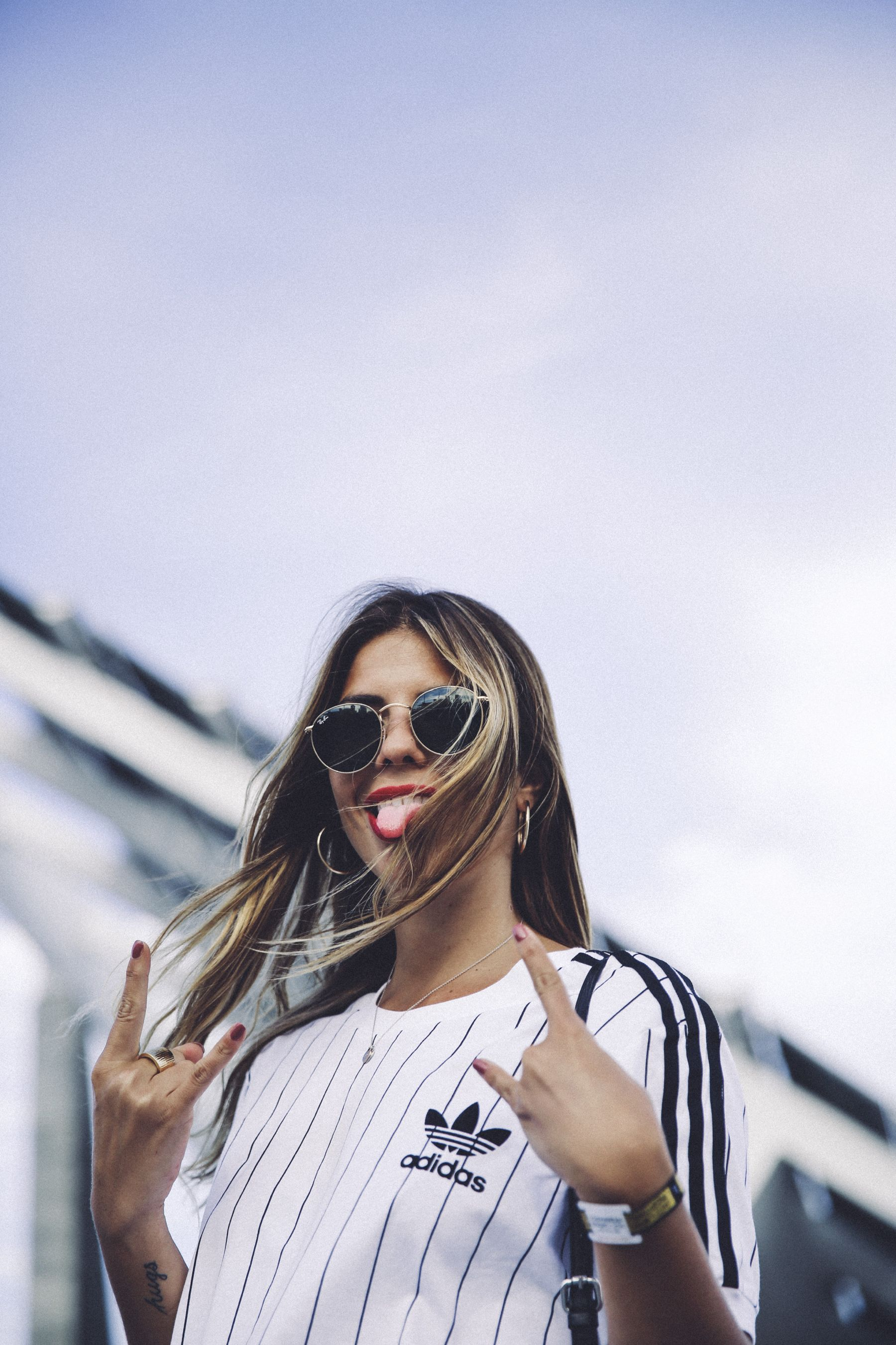 outfit look primavera spring street style trendy taste inspiration falda skirt cuero leather zara adidas originals t-shirt camiseta rayban red lips sneakers zapatillas bolso flecos fringes bag_2
