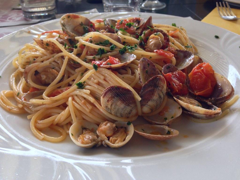 pasta con vongole e pomodorino fresco bagni di sole restaurant genova sturla beach