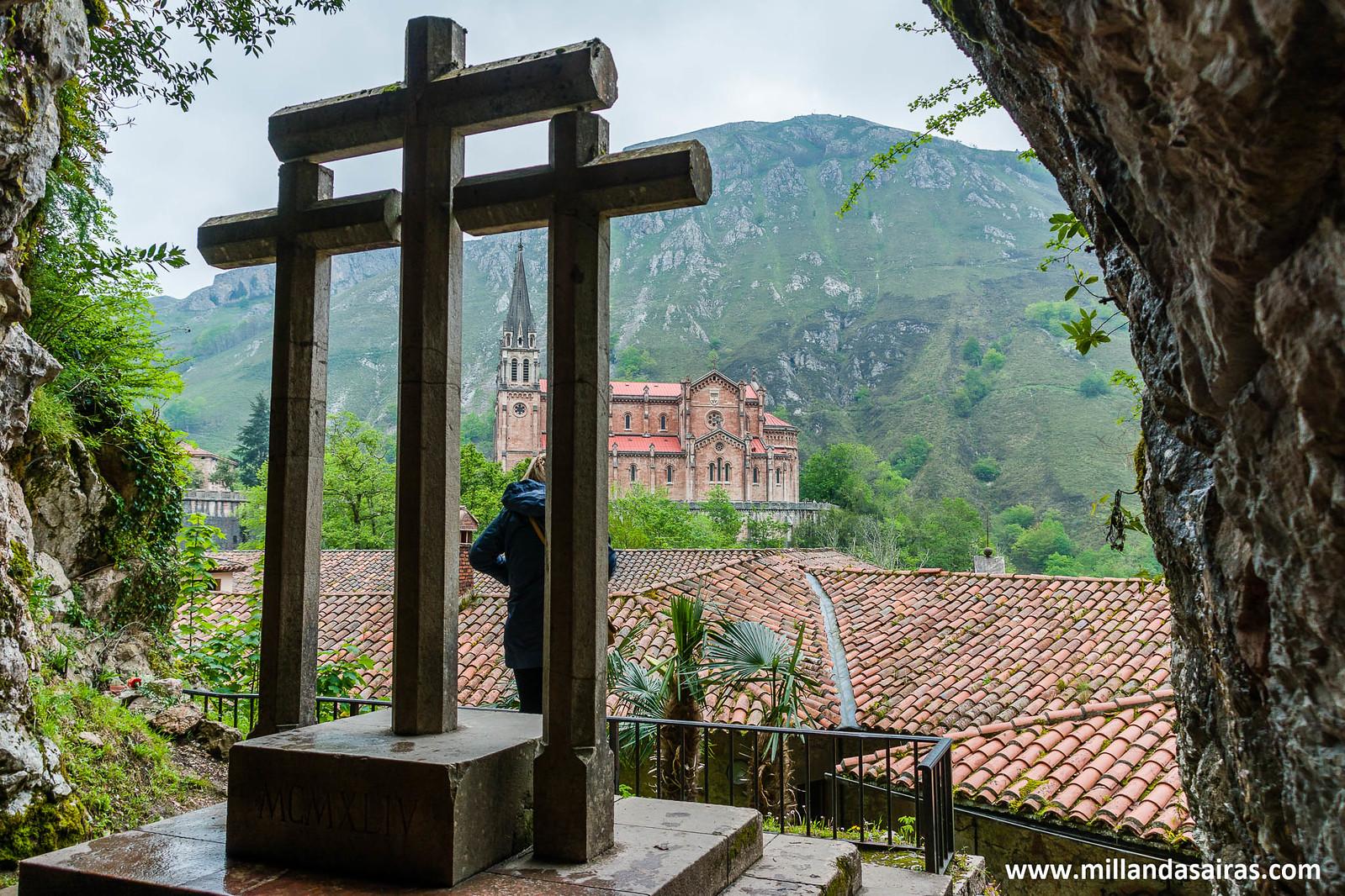 Las tres cruces de la Santa Cueva