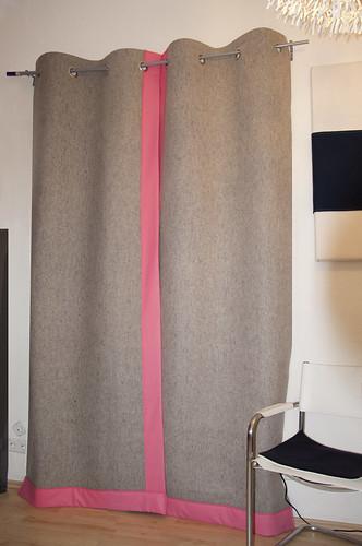 filzvorhang grau mit pink filzvorhang nach ma mit. Black Bedroom Furniture Sets. Home Design Ideas